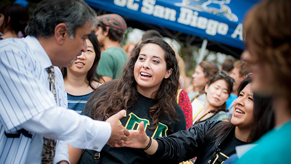 Chancellor Khosla Hands Out Cookies to Students